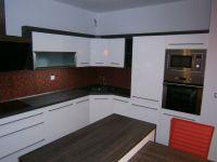 Bílá kuchyně ve vysokém lesku