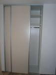 Vestavěná šatní skříň s posuvnými dveřmi