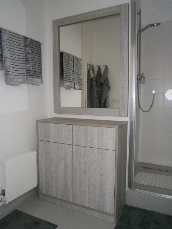 koupelnová skříňka se zrcadlem